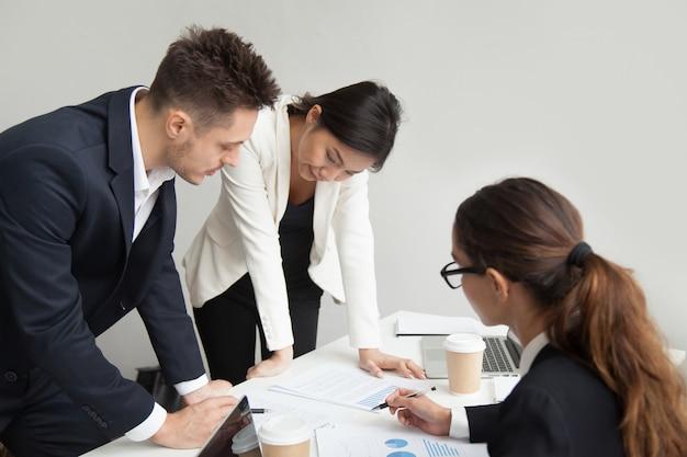 Líder da equipe, discutindo os resultados do trabalho na reunião, o conceito de trabalho em equipe Foto gratuita