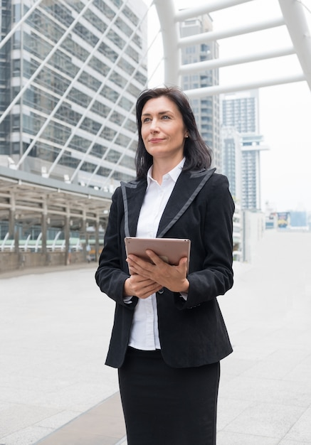 Líder de empresária é suporte segurando laptop com compromisso Foto Premium
