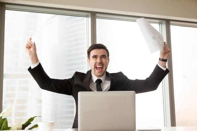 Líder de negócios animado por causa do grande sucesso Foto gratuita
