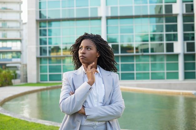 Líder de negócios pensativo sério pensando sobre estratégia Foto gratuita