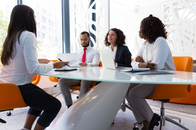 Líder empresarial entrevistando candidato a emprego Foto gratuita