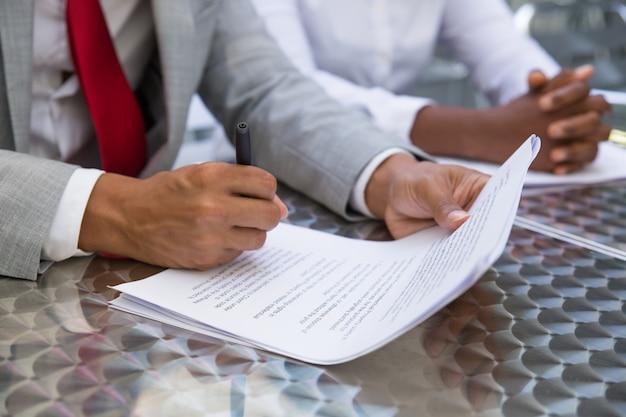 Líder empresarial lendo e verificando o texto do contrato Foto gratuita