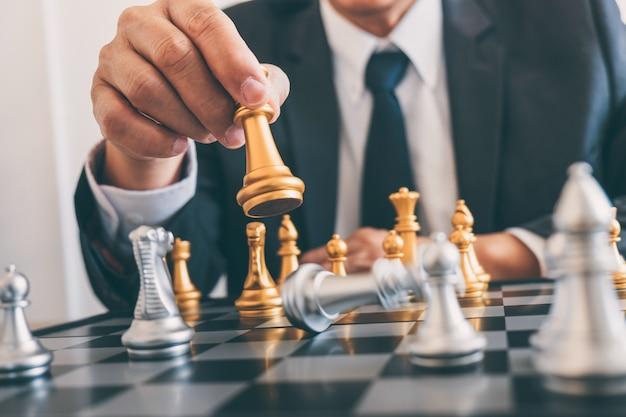 Liderança de empresário jogando xadrez e pensando o plano de estratégia sobre a queda da equipe oposta e o desenvolvimento analisam para obter sucesso nas empresas Foto Premium