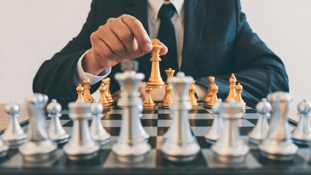 Liderança de empresário jogando xadrez e pensando o plano de estratégia sobre a queda da equipe oposta e o desenvolvimento da análise para obter sucesso nas empresas Foto Premium