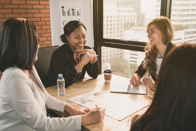 Líderes diversos de empresária na sala de reuniões Foto Premium