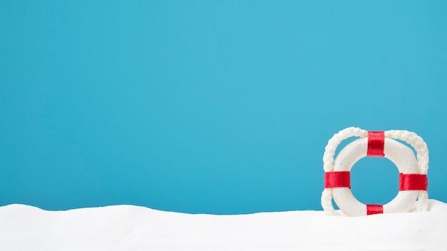 Lifebouy na areia branca. copyspace para texto. conceito de verão Foto Premium