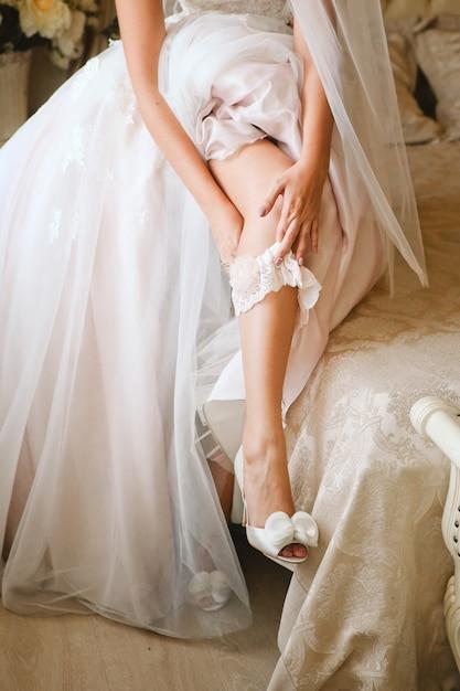 Liga de noiva vestindo casamento Foto gratuita