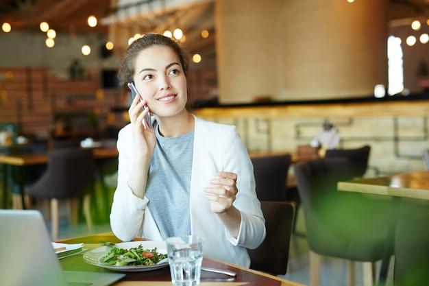 Ligando para o almoço Foto gratuita