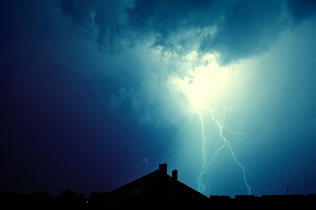 Lightning atingiu a casa. Foto gratuita