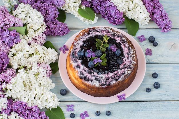 Lilás branco e roxo, cheesecake de mirtilo Foto Premium
