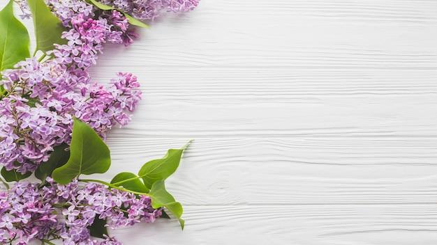 Lilás na mesa de madeira Foto gratuita