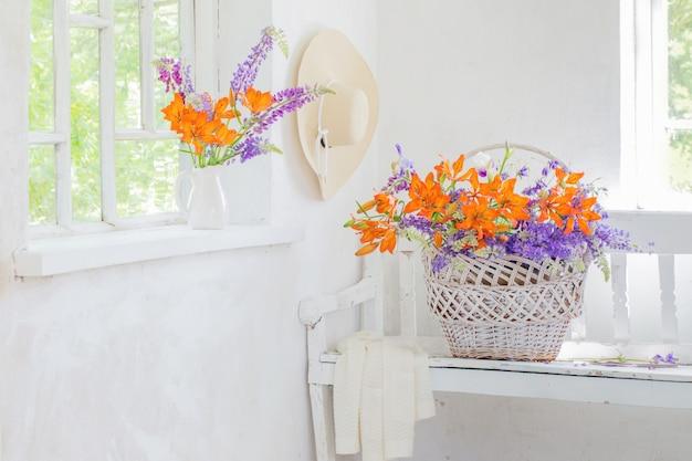 Lilly e tremoço flores no interior branco vintage Foto Premium