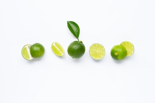 Limão com folha isolada no branco Foto Premium