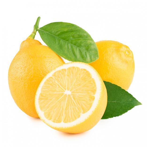 Limão com folhas em um fundo branco Foto Premium