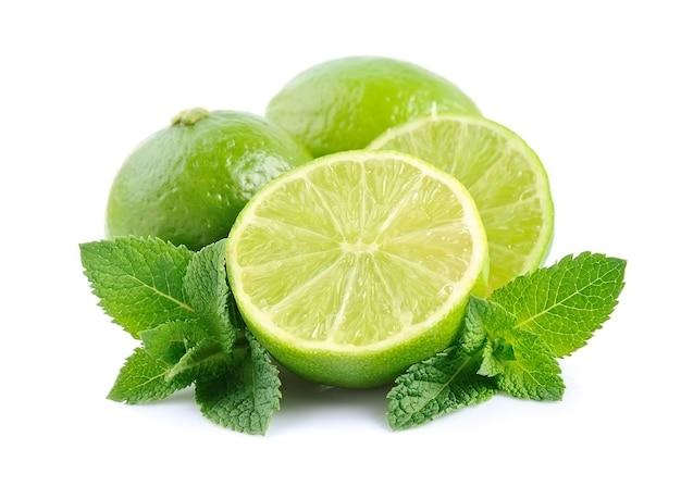 Limão com hortelã isolado no branco Foto Premium