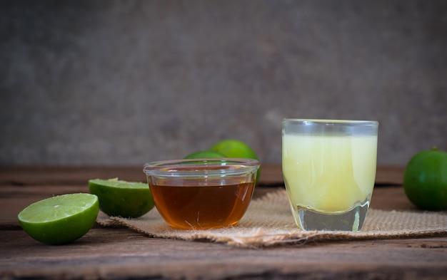 Limão de limão com suco e mel em vidro transparente Foto Premium