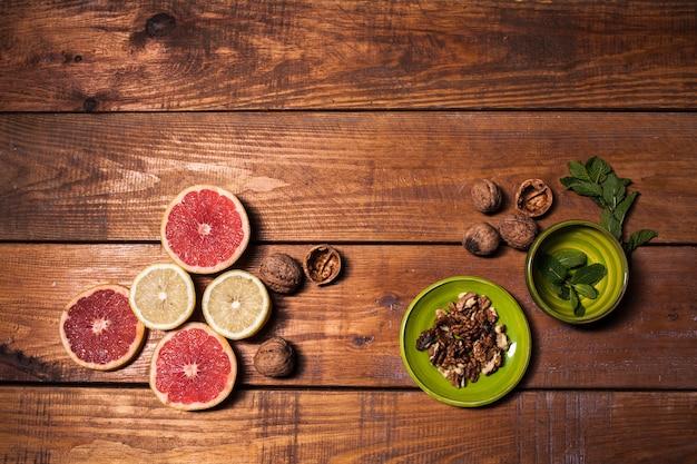 Limão e noz em uma superfície de madeira fechar Foto gratuita