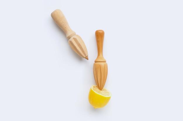 Limão fresco com dois espremedores de madeira em branco Foto Premium