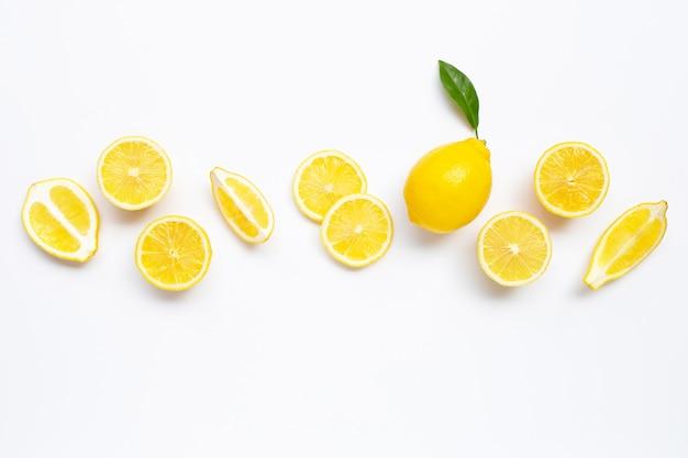 Limão fresco com fatias em branco. Foto Premium
