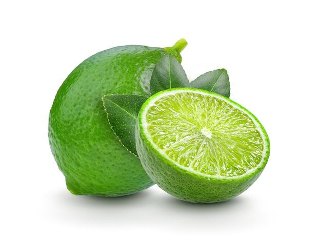 Limão fresco com folhas no fundo branco Foto Premium