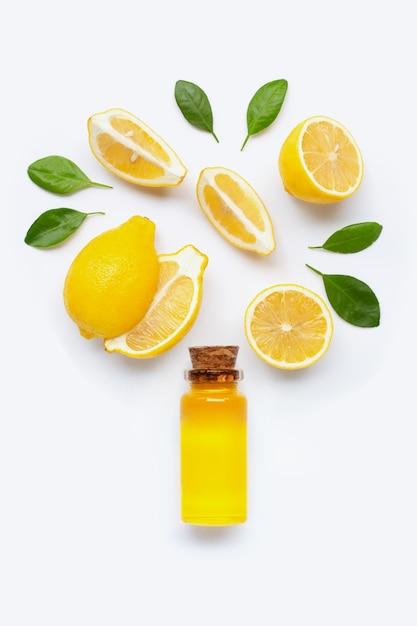 Limão fresco com óleo essencial de limão em branco Foto Premium