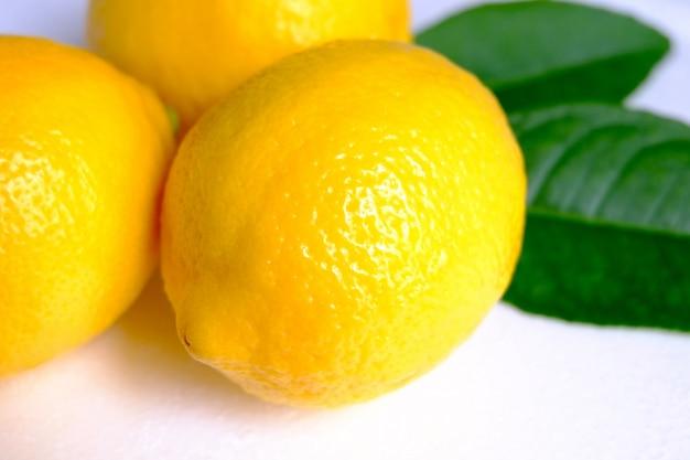 Limão no fundo branco Foto Premium