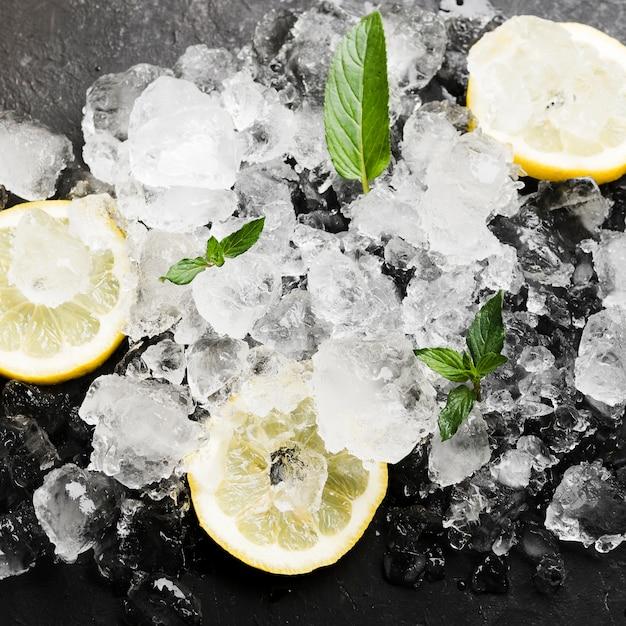 Limões com hortelã e cubos de gelo Foto gratuita