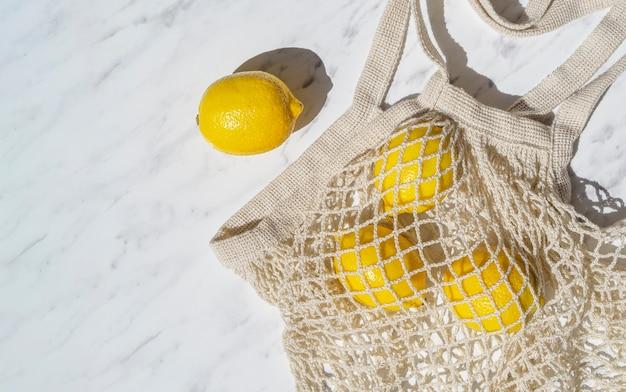 Limões de vista superior em saco de malha de crochê Foto gratuita