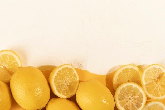 Limões e fatias frescas na mesa Foto gratuita