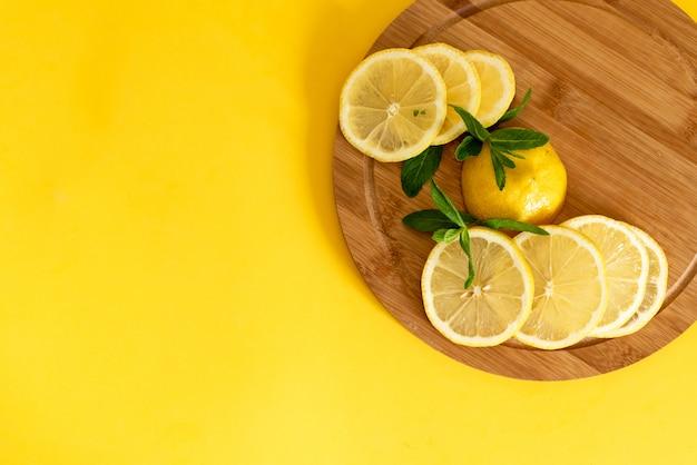 Limões em um fundo de tábua de madeira Foto Premium