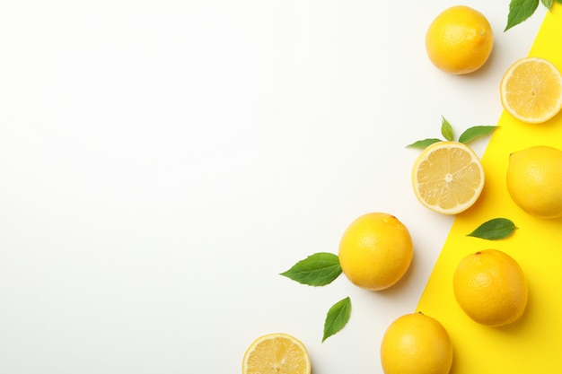 Limões frescos na tabela de dois tons, vista superior. fruta madura Foto Premium