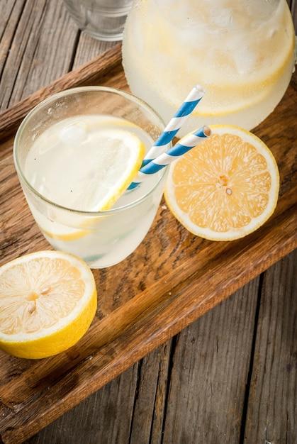 Limonada azeda e doce clássica Foto Premium