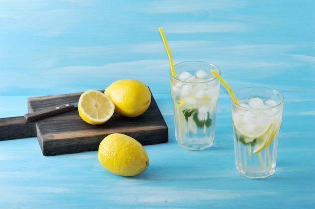 Limonada caseira limão, hortelã, gelo e água em copos Foto Premium