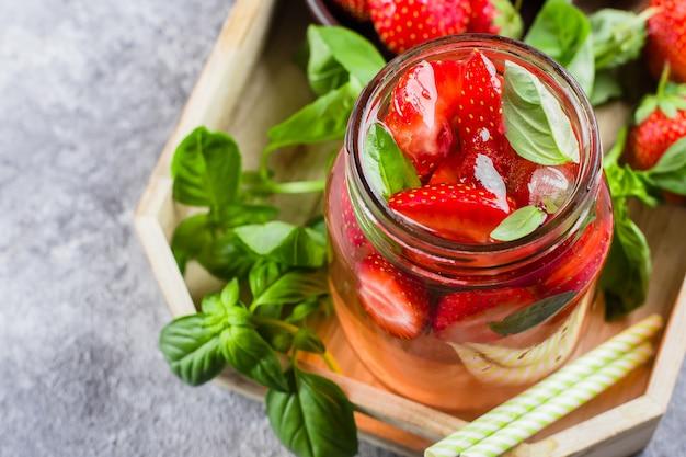 Limonada com morango e manjericão em frasco de vidro Foto Premium