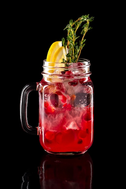 Limonada de fruta gelada em frasco de vidro isolado em preto Foto Premium