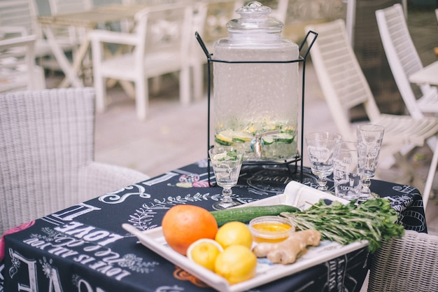 Limonada de limão-pepino na limonada. na frente dele estão os ingredientes da fruta em uma bandeja. Foto Premium