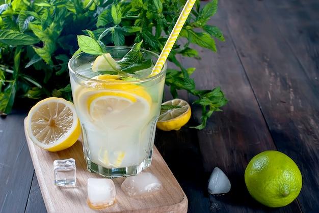 Limonada em copo com gelo e hortelã Foto Premium