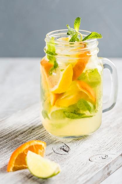 Limonada feita a partir de laranjas frescas e hortelã Foto Premium