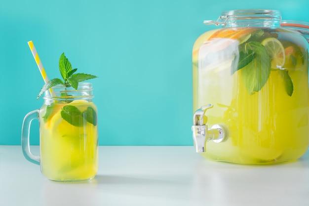 Limonada no frasco de pedreiro com limão e hortelã no azul. copie o espaço. Foto Premium