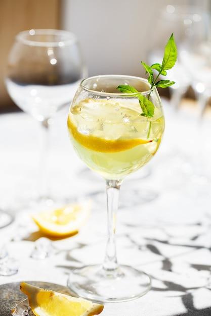 Limonada ou coquetel mojito com limão e hortelã, bebida refrescante gelada ou bebida com gelo Foto Premium