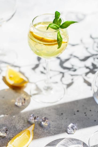 Limonada ou coquetel mojito com limão e hortelã Foto Premium