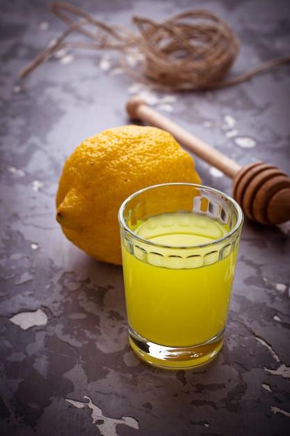 Limoncello, licor italiano com limões. foco seletivo Foto Premium