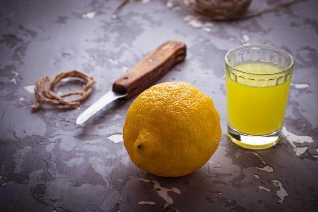 Limoncello, licor italiano com limões Foto Premium