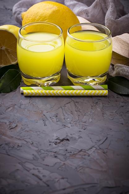 Limoncello licor italiano com limões Foto Premium