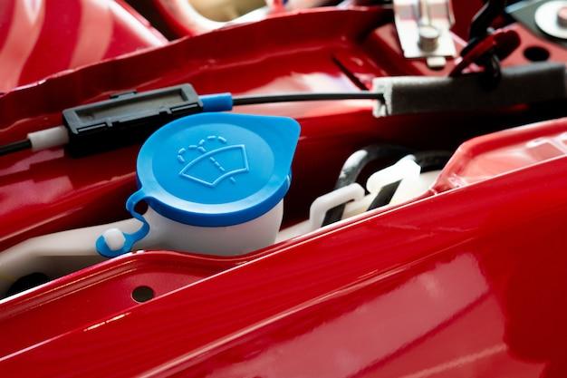 Limpador novo do depósito de água na sala de motor de automóveis. Foto Premium