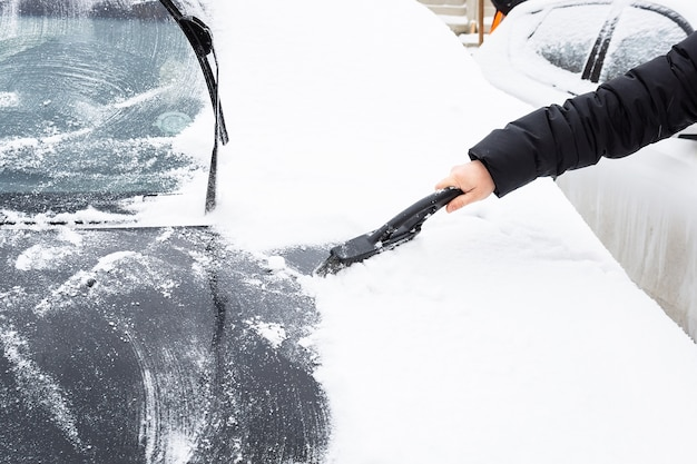 Limpar o carro da neve Foto Premium