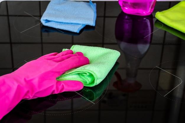 Limpar o fogão na cozinha Foto Premium