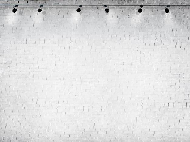 Limpar o fundo branco concreto nenhum equipamento de iluminação de pessoas Foto gratuita