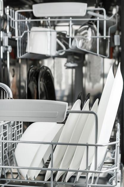 Limpar pratos na lava-louças Foto Premium