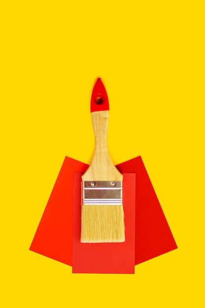 Limpe a escova e pinte o molde bem escolhido da cor no fundo amarelo com o espaço da cópia. Foto Premium
